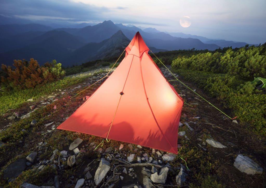 Camping mit Tipi Zelt outdoor auf einem Berg