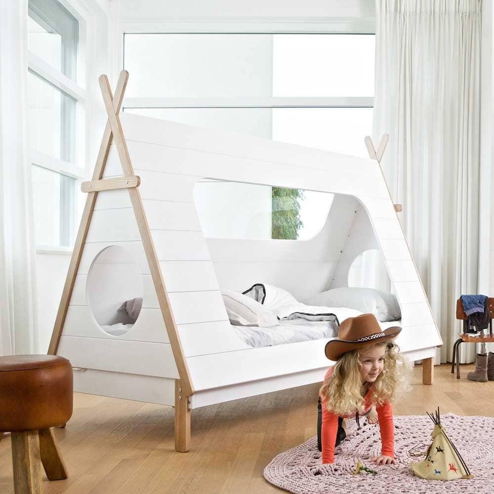 Tipi Bett mit kleinem Mädchen alas Indianerin