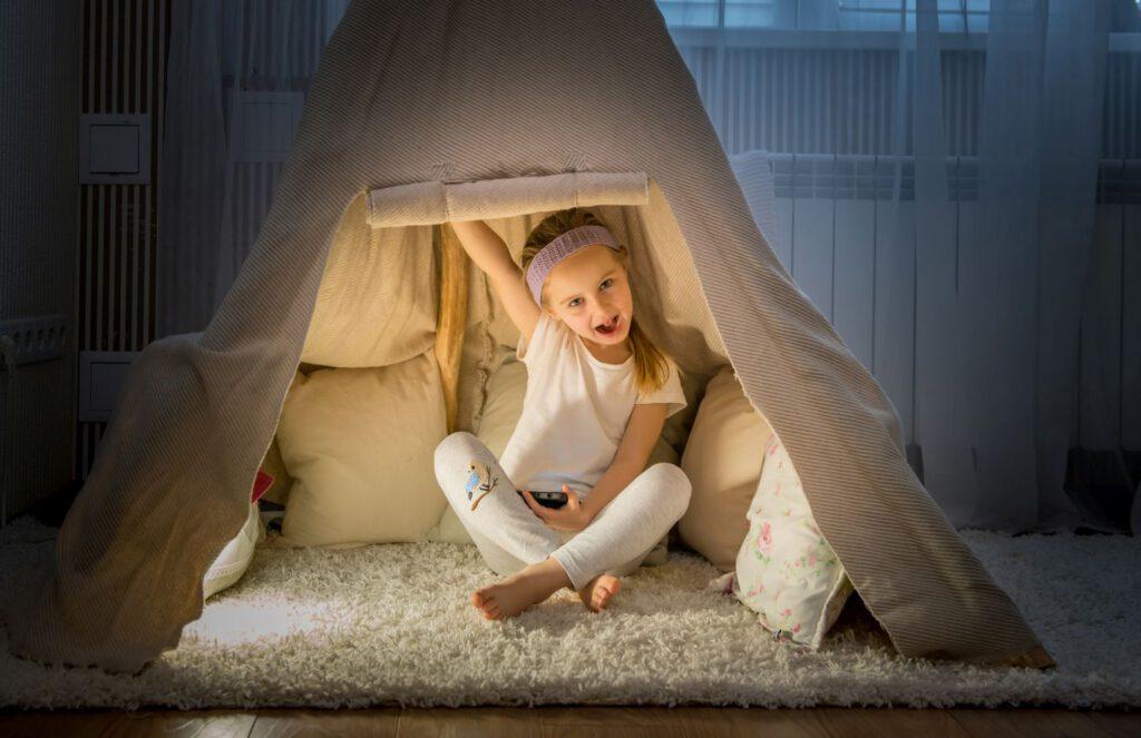 Ein Mädchen im Tipi Zelt